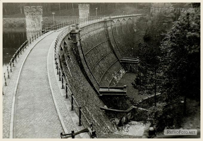 Hráz přehradní nádrže Pařízov